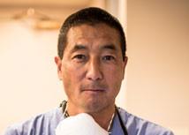 トーマス・M.・氏家(歯学博士、P.C.)